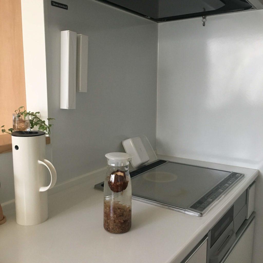 ピッチャーに入った水だしが、キッチンに置かれています。