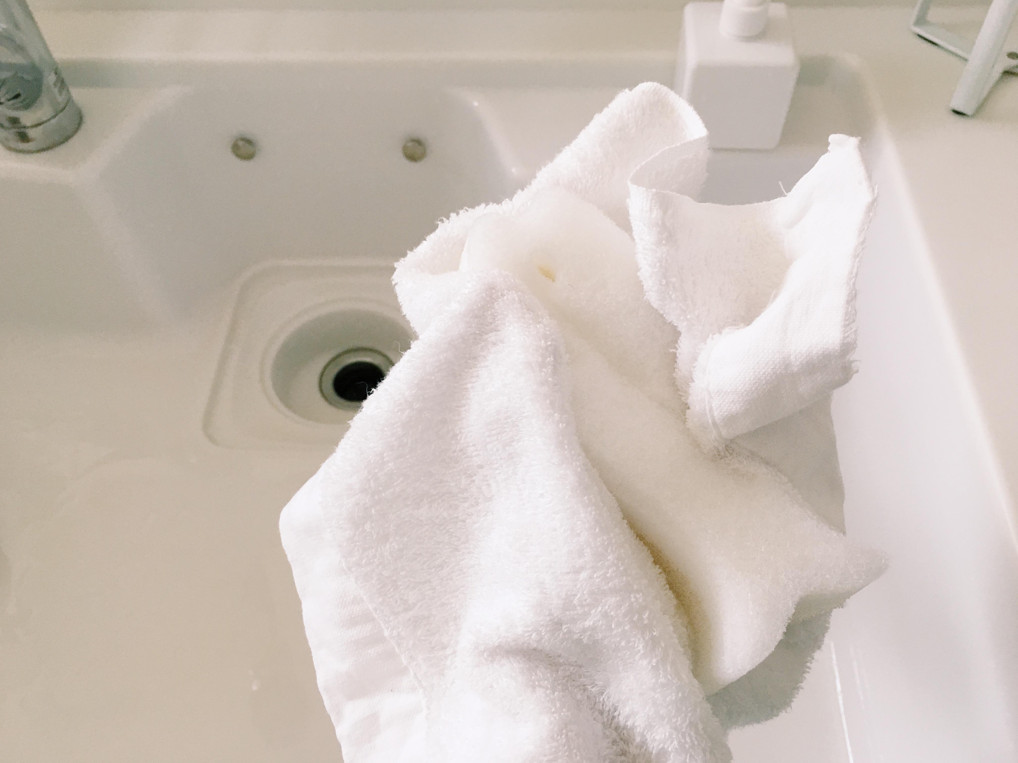 スポンジがタオルにくるまれています。