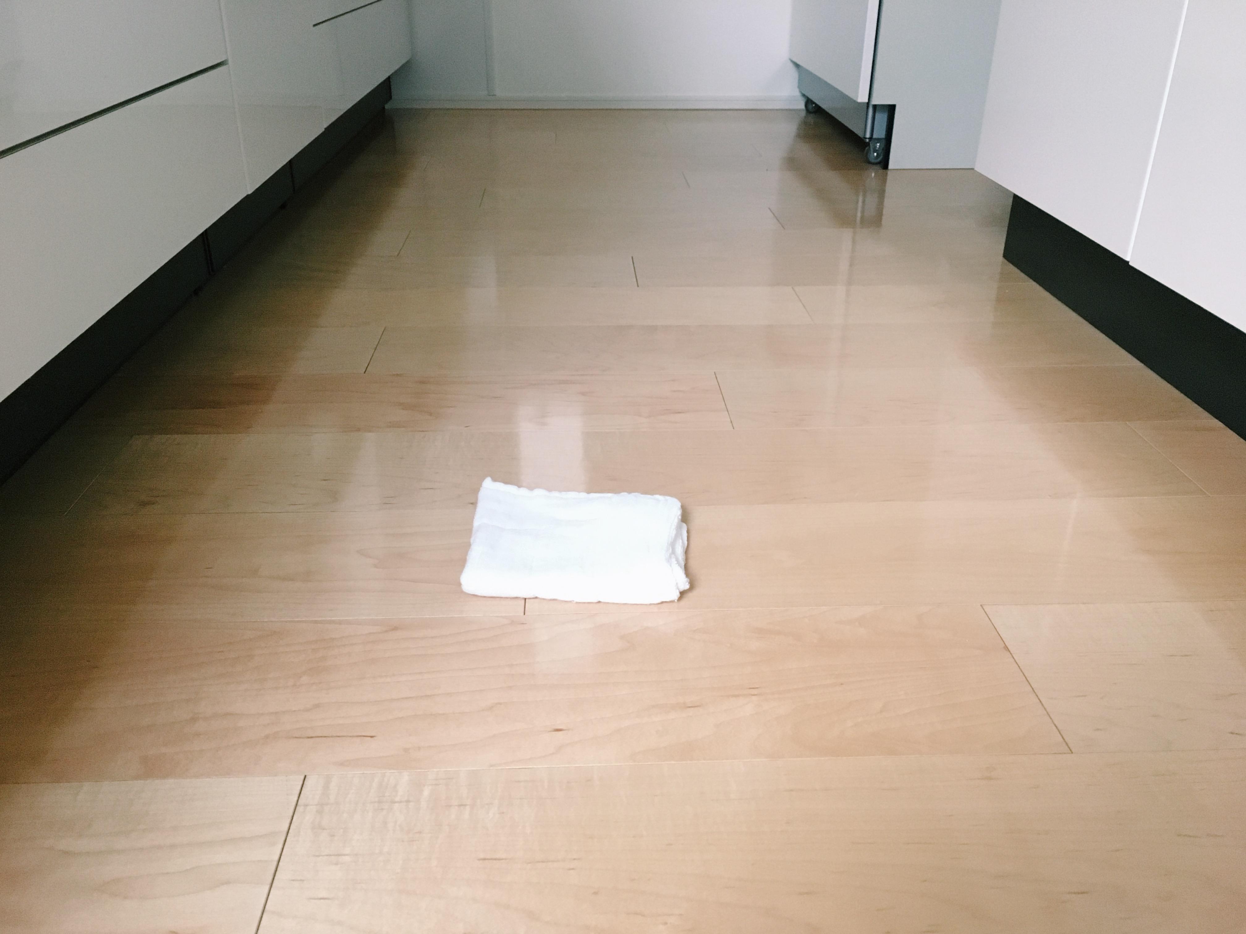 床を拭いています。