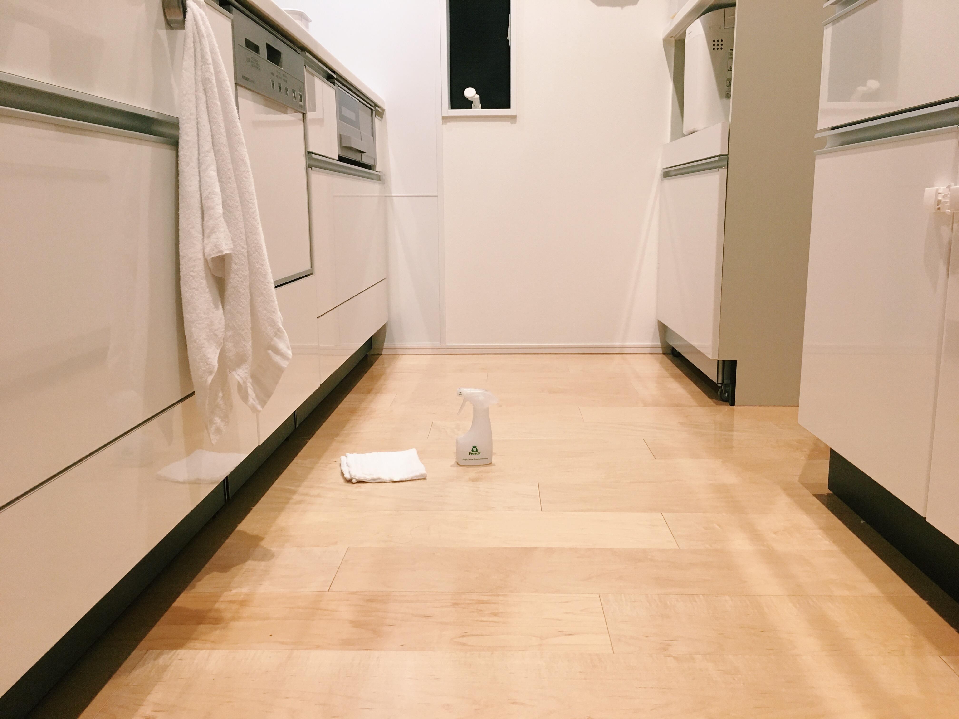 キッチンの床に、セスキ水のスプレーと台拭きが置かれています。
