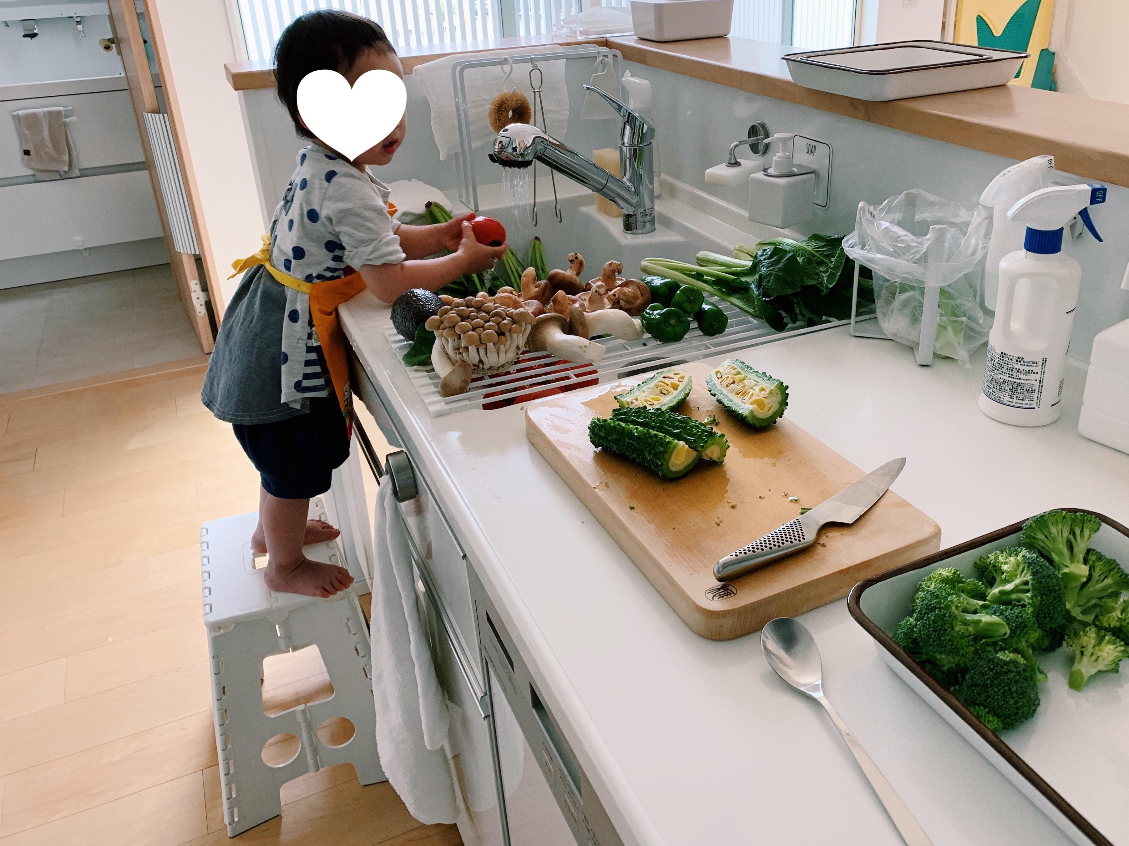 次女は野菜を洗い、私はカット