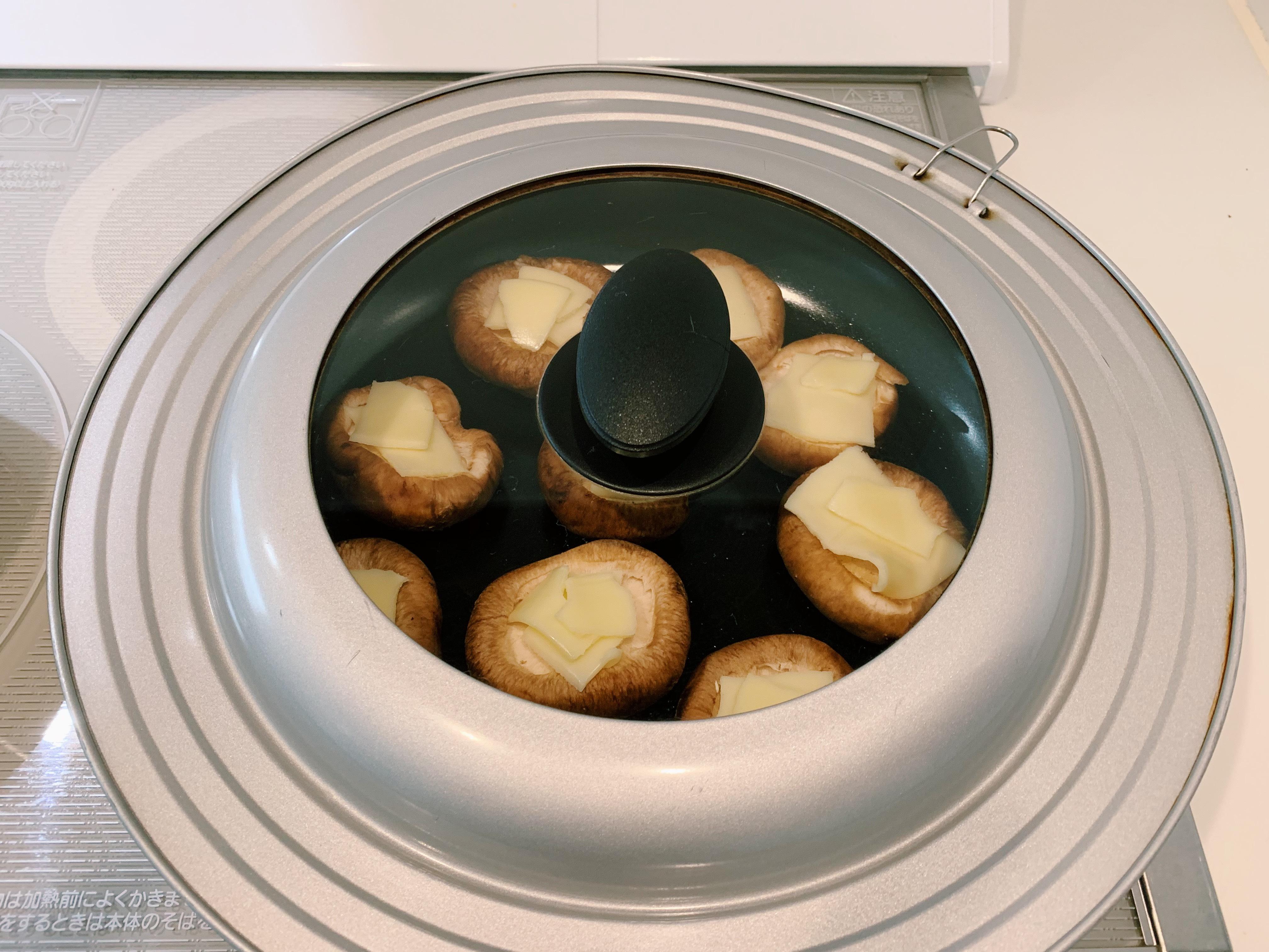しいたけにチーズを乗せて焼いています