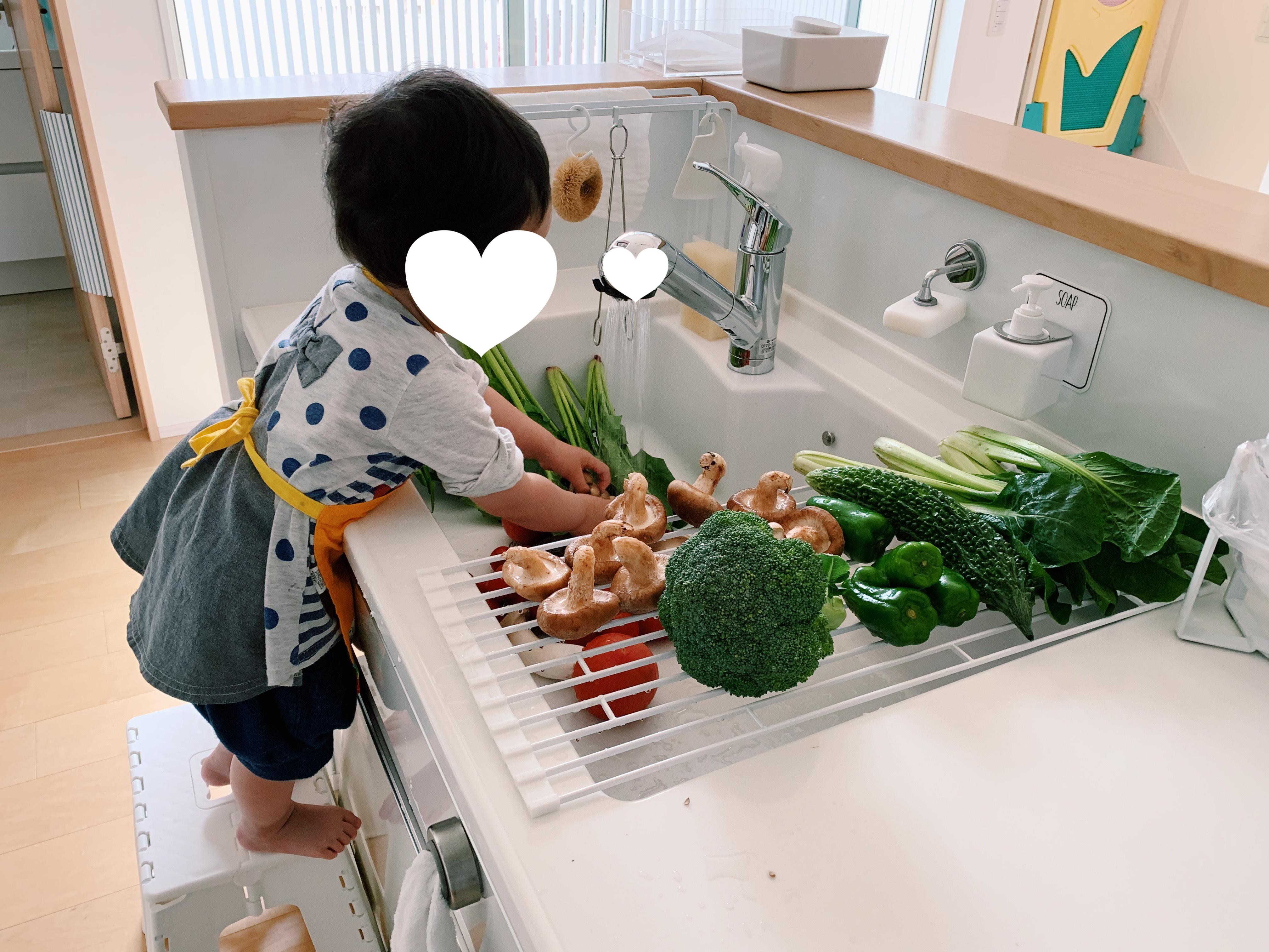 野菜を洗う次女