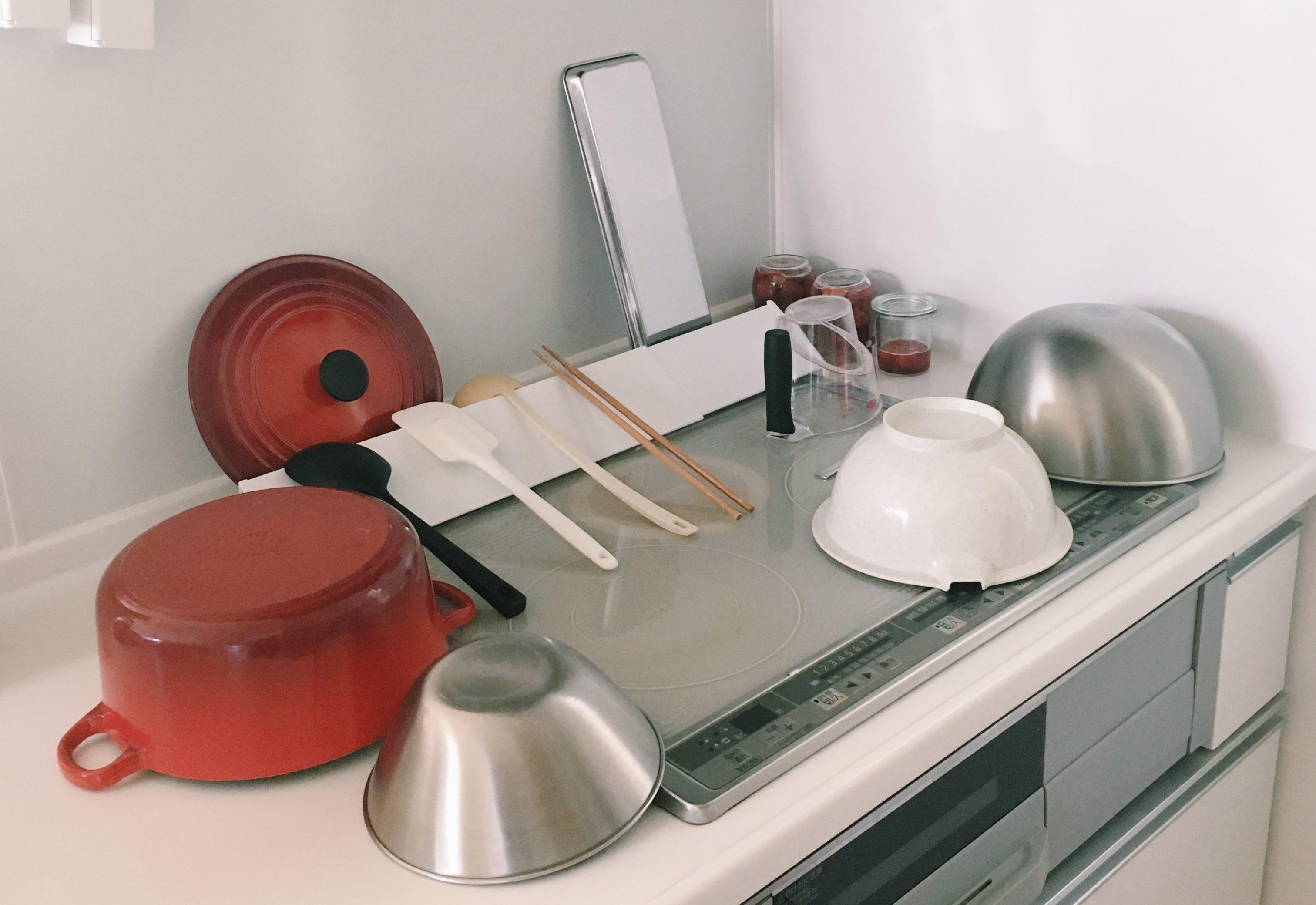 排気口カバーの段差を利用して、キッチンツールを乾かしています。