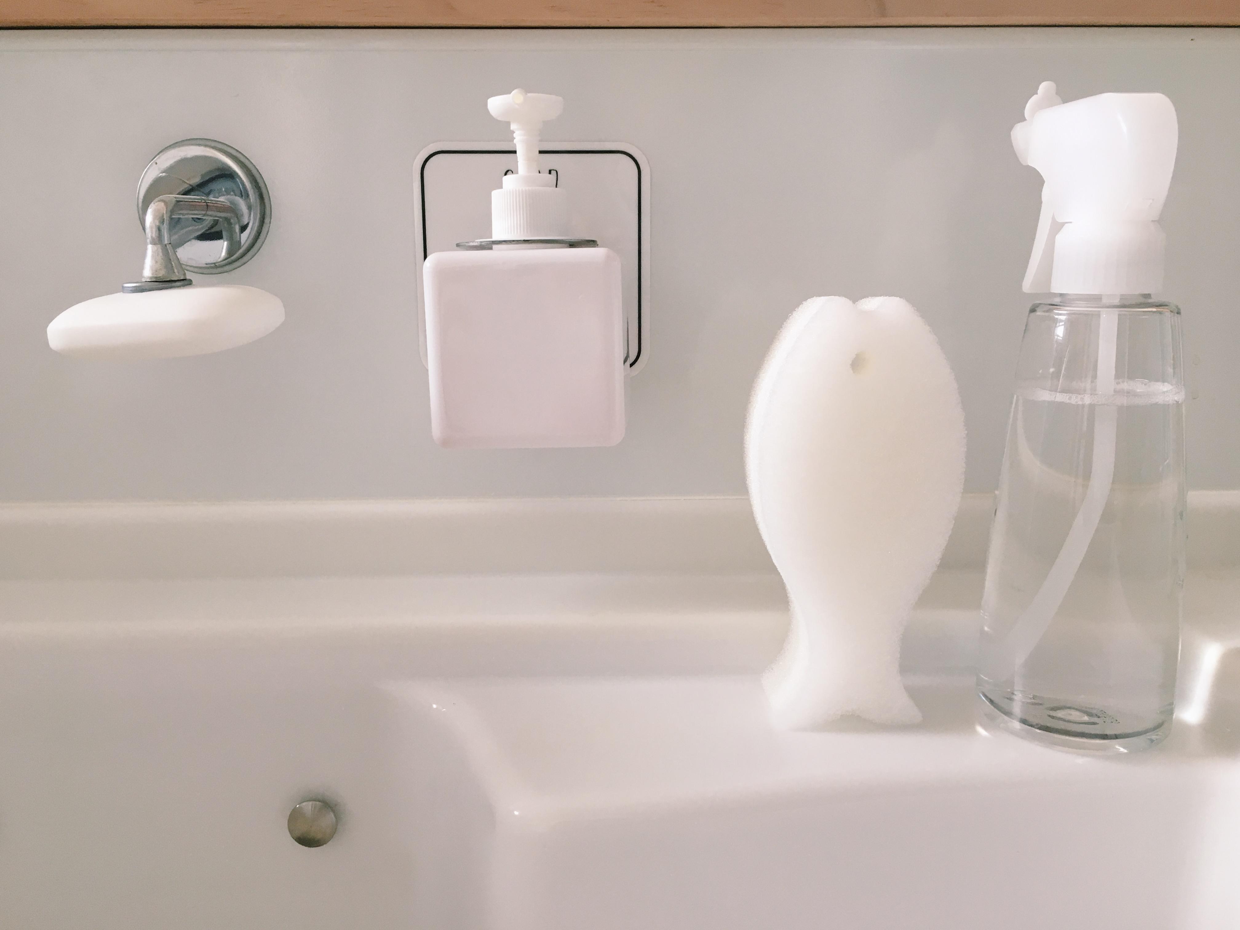 【浮かせる収納】石けんと洗剤を浮かせて収納。キッチンのシンク周りを掃除しやすく