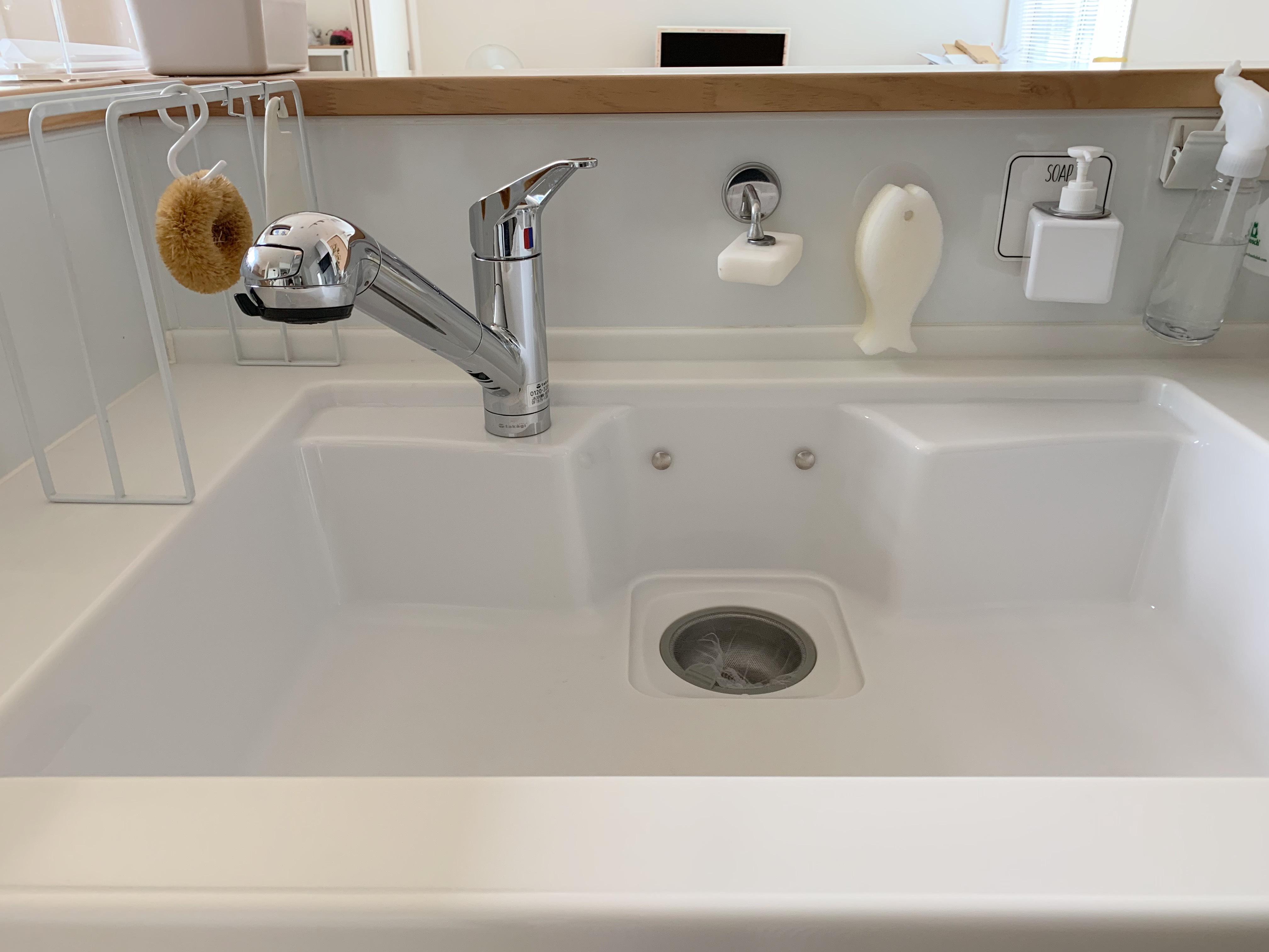 【キッチンシンク収納】白いグッズと吊るす収納で、清潔に使いやすく